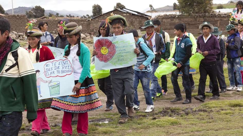 "pupils gathering rubbish together, school, ""Valent'n Paniagua Curazao"""