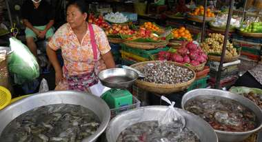 Women at the market, who sells seafood