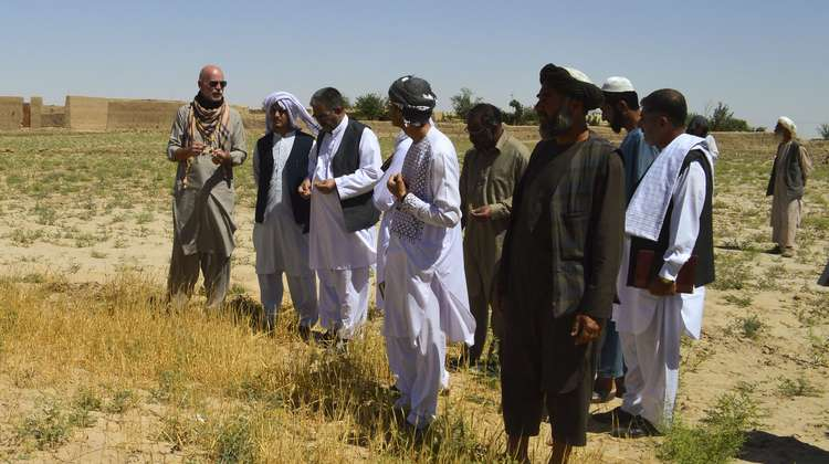 Thomas ten Boer, Welthungerhilfe Country Director Afghanistan, talks to Afghans.
