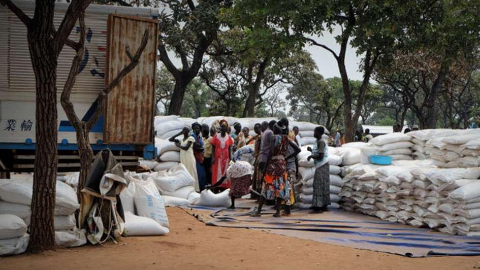 Food Distribution to south sudanese refugees in the transition camp in Adjumani/Uganda.