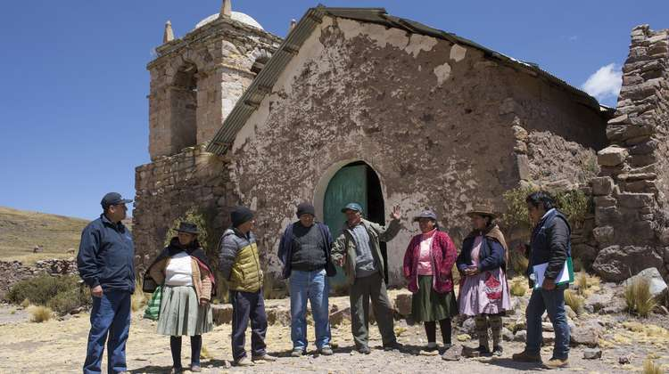 The people of Castrovirreyna are fighting against external forces that try to impact their lives.