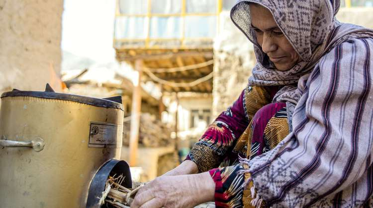 Shaima Abassi, 43, with her new energy-efficient stove distributed by Welthungerhilfe