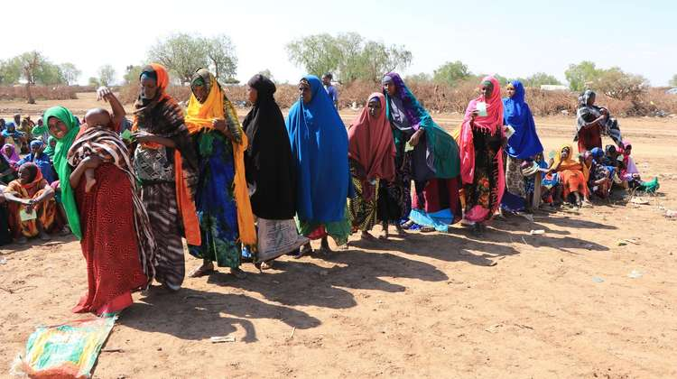 Drought in Somaliland: Women queuing for food and water